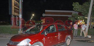 choca automovilista contra poste frente a plaza comercial El Patio
