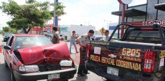 policia ocasiona choque al no poner luz direccional en Pensiones