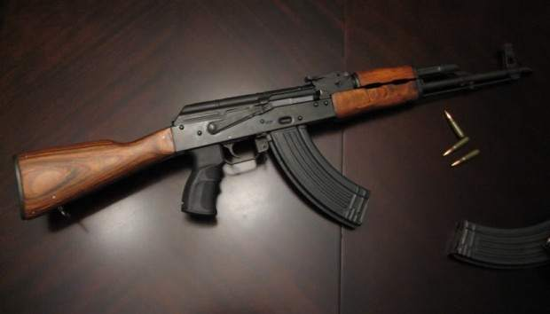 Sueltan a dueño de fusil AK-47