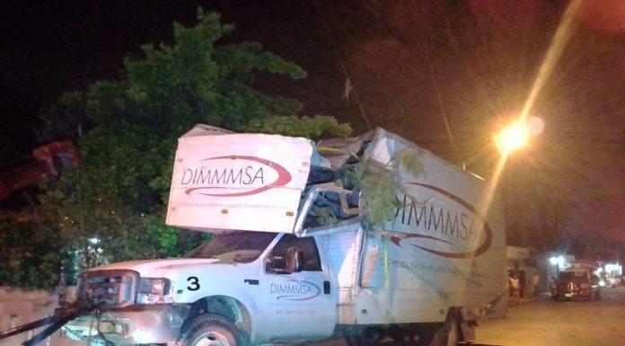 Qué bueno que no atropelló a nadie, pero el camionero de mudanzas ahora tendrá que pagar los daños por el accidente.