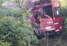 Violento empujón manda a camioneta llena de pasajeros al monte de Acanceh
