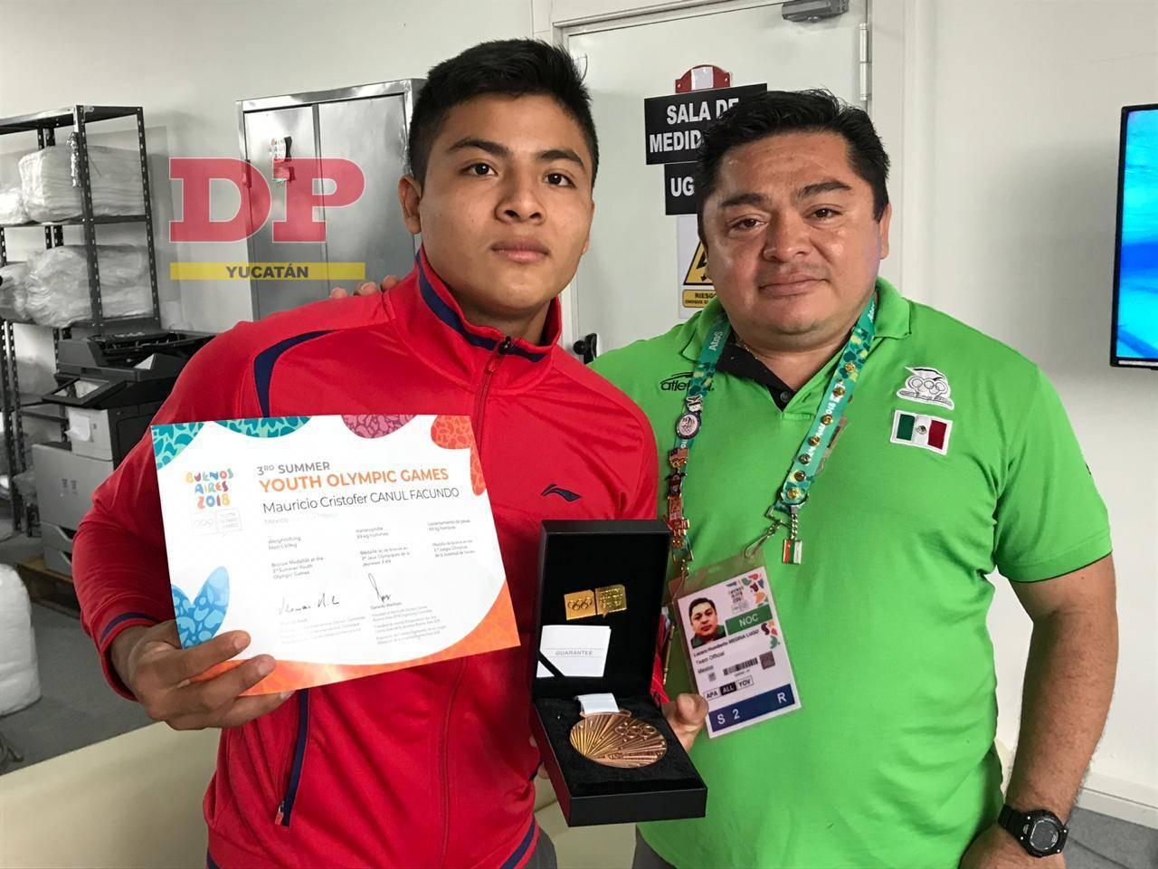Mauricio con su reconocimiento ganado en los Juegos Olímpicos Juveniles en Argentina.