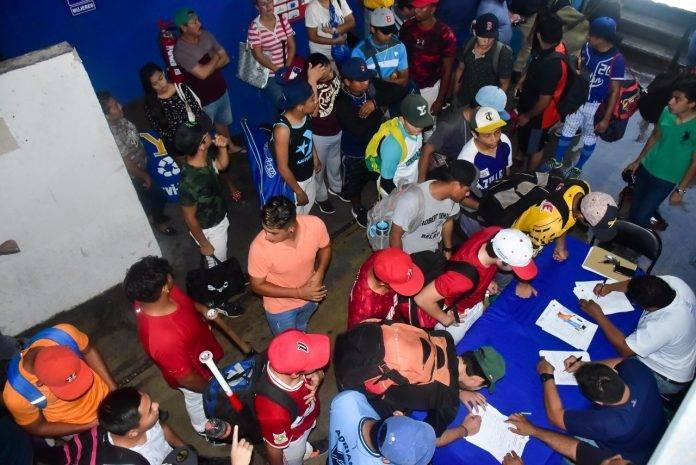 Una gran cantidad de jóvenes se apuntó para el try out de la Liga Meridana, ayer en el parque Kukulcán.