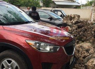 Maquinaria pesada derriba un muro de Tizimín y apachurra tres vehículos