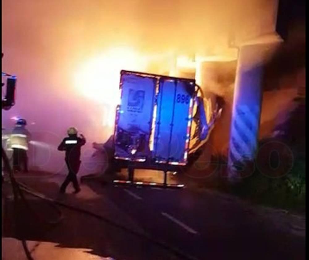 Tráiler incendiado en la carretera Mérida-Valladolid moviliza cuerpos de seguridad