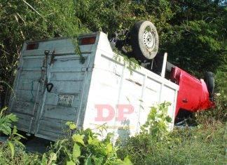 Camioneta cargada de carnada quedó panza arriba cerca de Kinchil