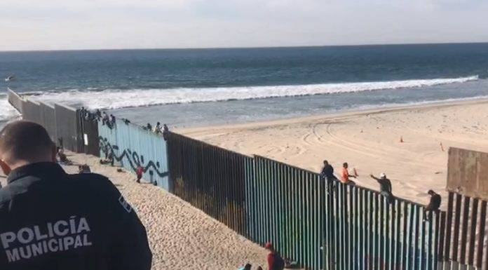 """""""Sí se pudo"""", gritan migrantes en la frontera con San Diego, pero no se animaron a cruzar"""