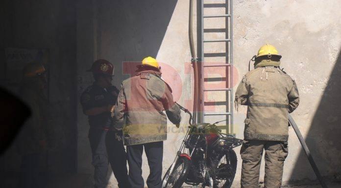 Dentro de un estacionamiento ardió en llamas una moto