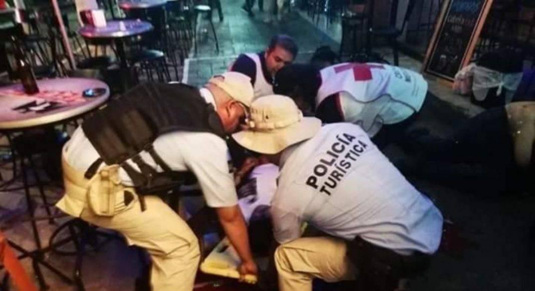 Uno de los hombres baleados en el bar Mykonos murió ahí mismo y otro falleció en un hospital.