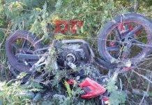 No se sabe cómo es que el motociclista fue a dar contra la alambrada.