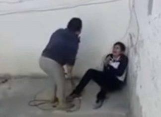 Madre golpea brutalmente a su hijo adolescente con un cable (