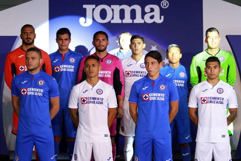 80b7c99b2 Estrena Cruz Azul no solo camisas y shorts sino nuevo patrocinador.