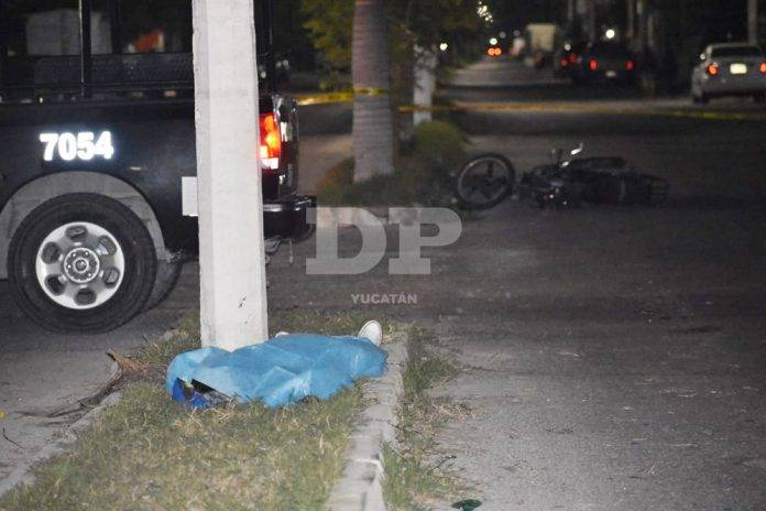 Pasajero de motociclista muere tras estrellarse contra un poste