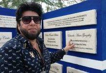 Julio Amer Alzina, al lado de la placa que distingue la labor de su padre, Eduardo Amer, y la de otros cronistas deportivos yucatecos