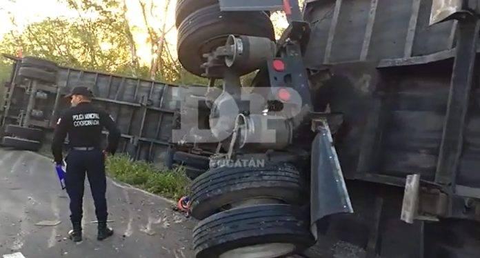 Vuelca camión de doble remolque en la Mérida-Tizimín