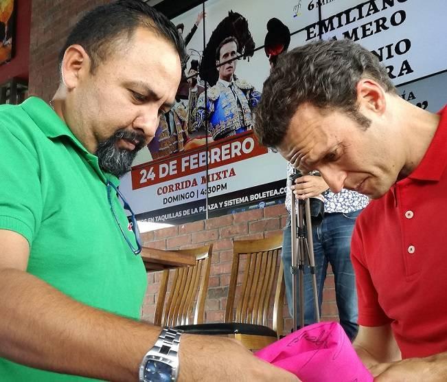 El torero Antonio Ferrera, de 41 años, durante una firma de autógrafo.
