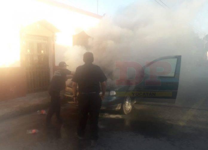 Con extinguidores, agua y hasta chescos apagan incendio de camioneta