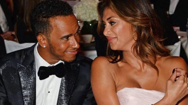 Lewis Hamilton fue captado en pose comprometedora, aunque se notaba muy feliz el pillo.