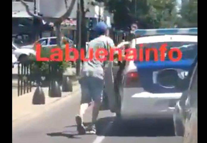 Detenido ayuda a empujar la patrulla que lo llevaba a la cárcel (video)