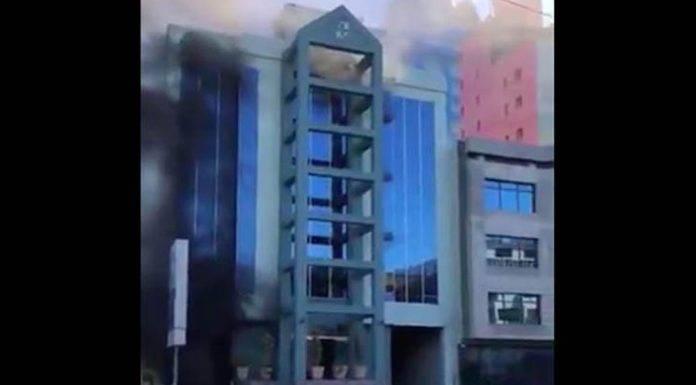 Salta desde un quinto piso para huir de un incendio (video)