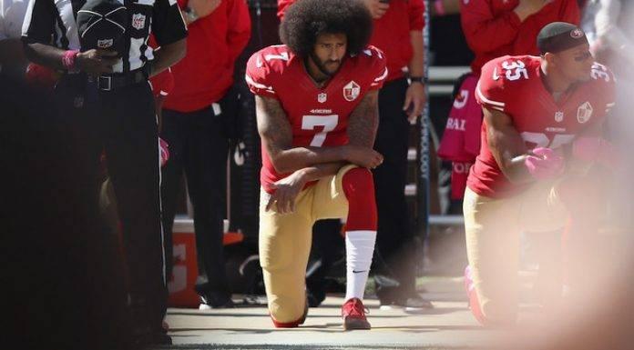 Kaepernick atrajo la atención nacional y mundial en 2016 cuando se arrodilló durante el himno nacional antes de los juegos para protestar por la injusticia social.