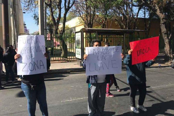 Acusan que maestra de drogar y maltratar a sus alumnos