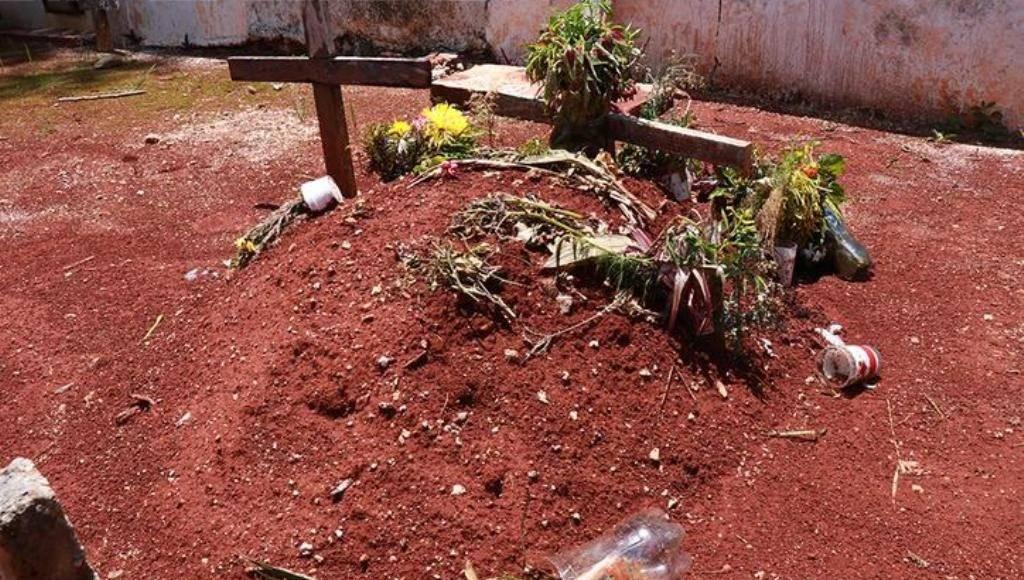 Los restos de la pequeña Ana Cristina descansan en una humilde tumba, la cual es solo un montículo de tierra con una cruz. (Foto: Jorge Acosta)