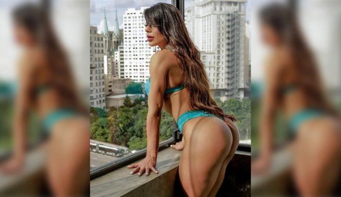 Suzy Cortez presume su rico trasero en tanga desde el balcón