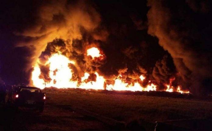Arde en llamas toma clandestina en ducto de Pemex