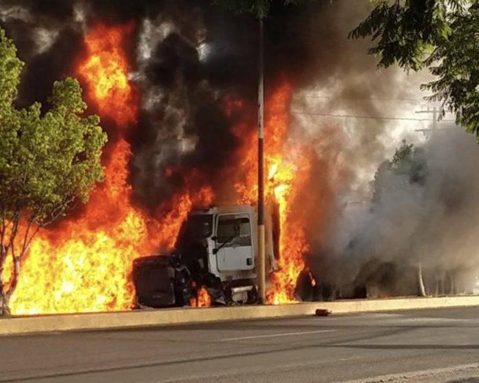 Tráiler se queda sin frenos y choca contra 2 vehículos; al menos 6 muertos y 15 heridos