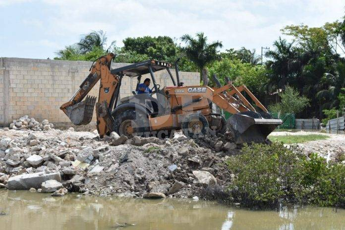 Retiran escombro de rellenos ilegales en ciénega de Chicxulub Puerto