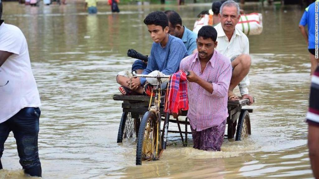 Transportador de rickshaw lleva gente en Tripura