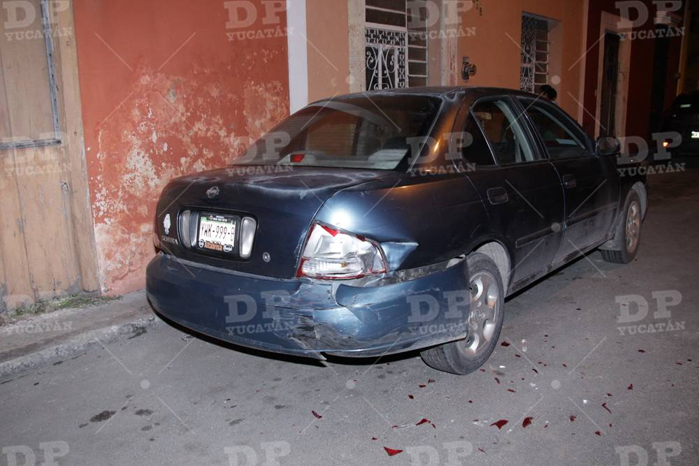 """Al Sentra estacionado le dieron un """"besito"""" en el trasero."""