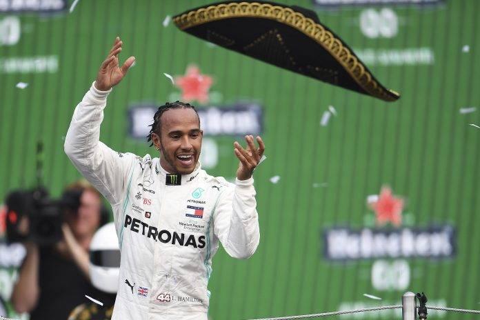 El inglés Lewis Hamilton celebra con un sombrero de charro el haber ganado el Gran Premio de México