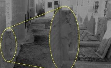 Foto en donde aparece el presunto fantasma del niño que ronda el panteón