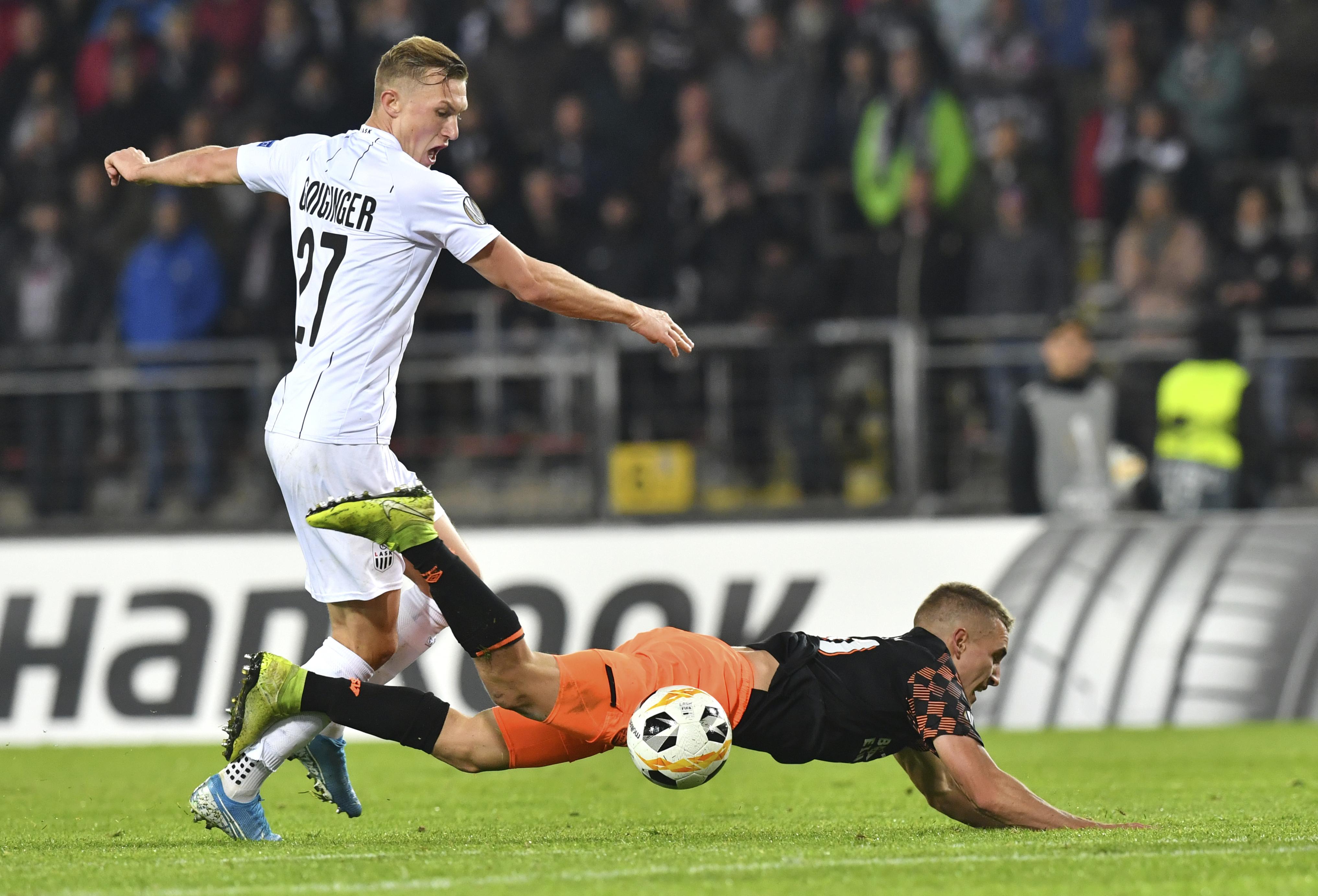Thomas Goiginger (i), del Linz, y Michal Sadilek del PSV en la lucha por el balón