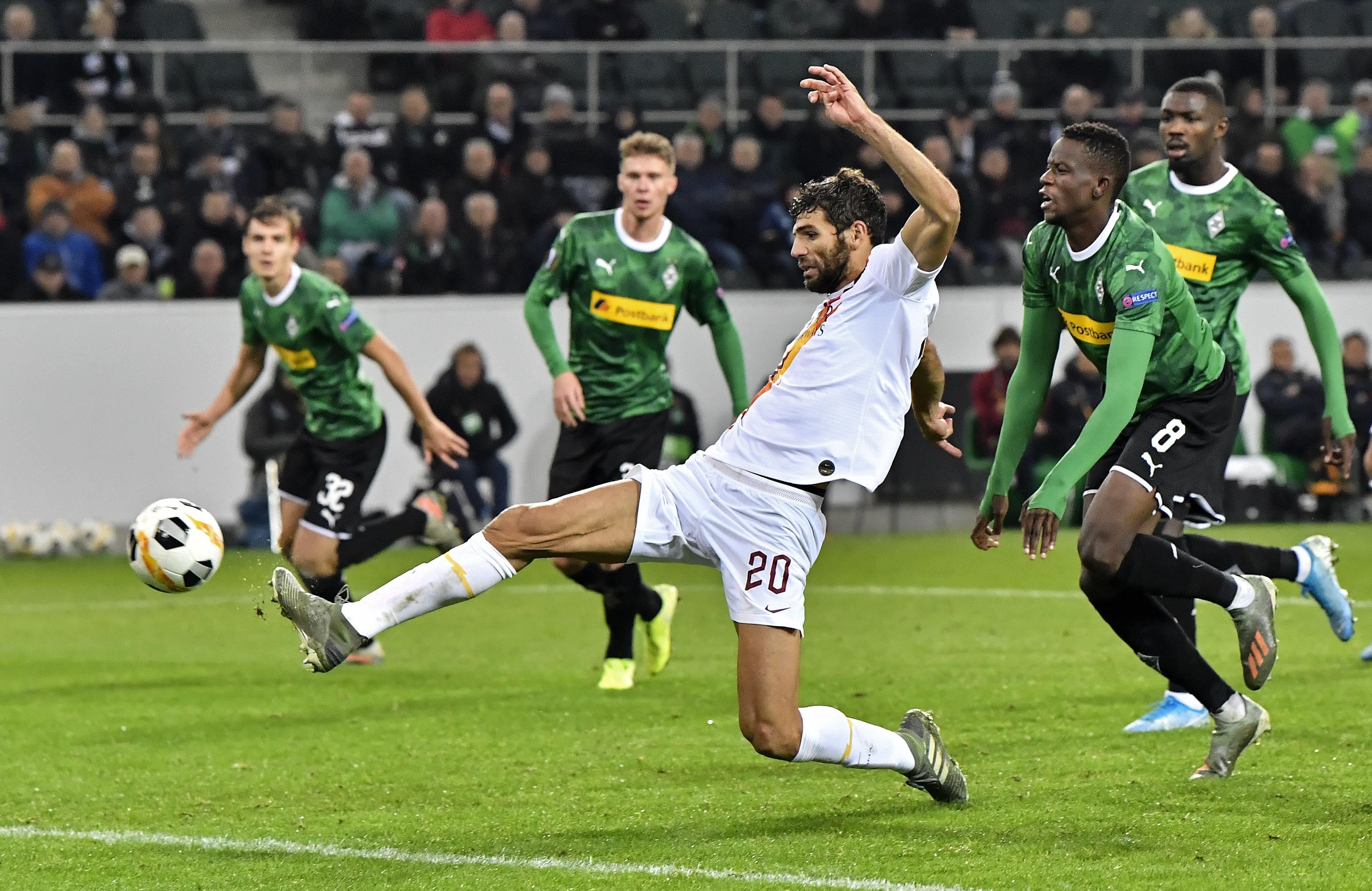 Federico Fazio al momento anotar en el Borussia Moenchengladbach vs Roma