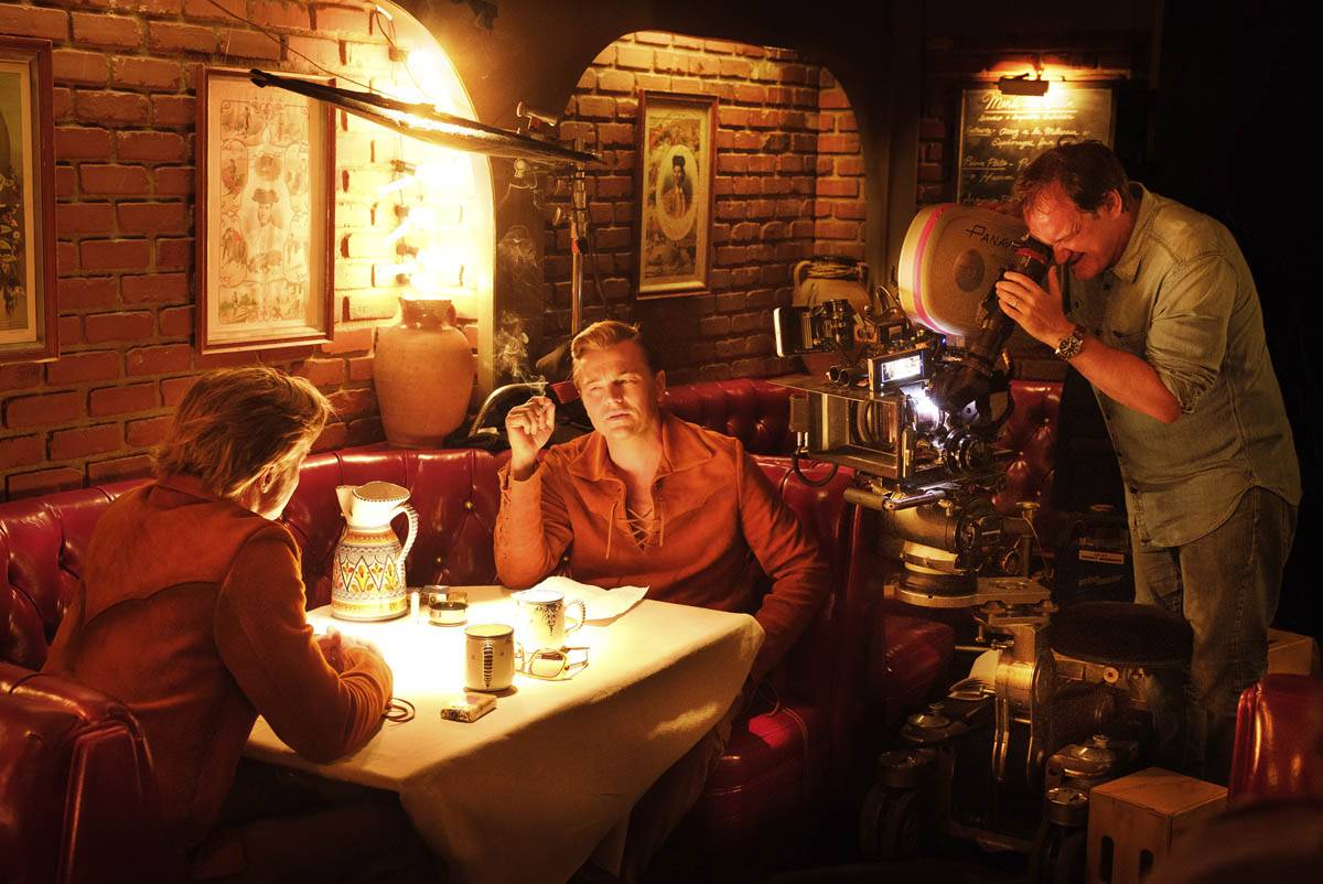 Leo DiCaprio en una escena de Once upon a time in Hollywood, mientras Quentin Tarantino filma