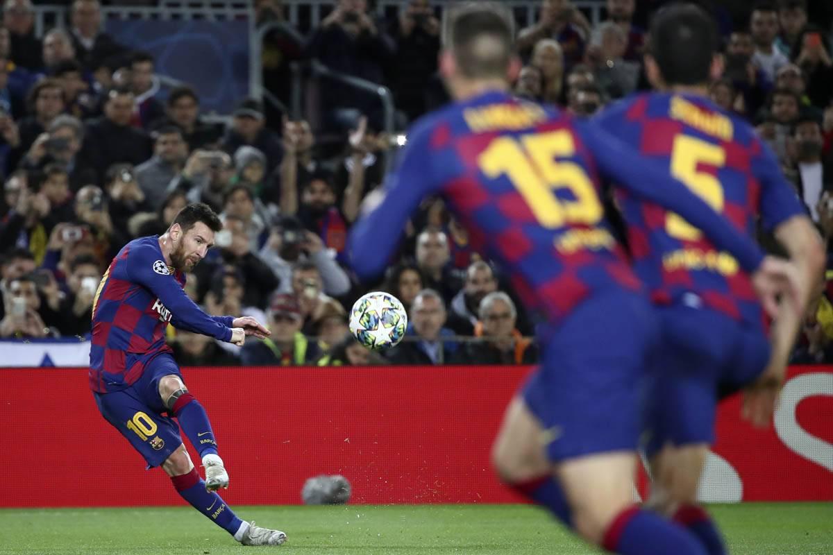 Messi haciendo gala de una de sus especialidades: el cobro de tiro libre