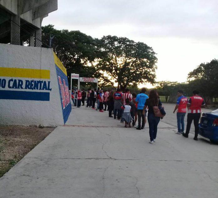 Pese a que hay futbol prácticamente los 12 meses del año, aficionados nunca están satisfechos. En la foto, a las afueras del estadio Carlos Iturralde Rivero a las 17 horas de este viernes (Foto de Adriana Isabel/Facebook)