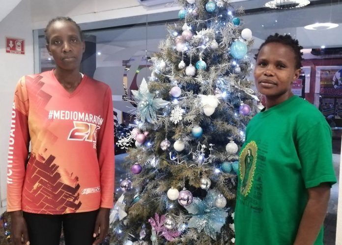 Leah Kigen (de naranja) y Everline Nyamu Atacha.