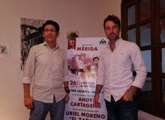 """El rejoneador español Andy Cartagena (d) y el diestro mexicano Uriel Moreno """"El Zapata""""."""