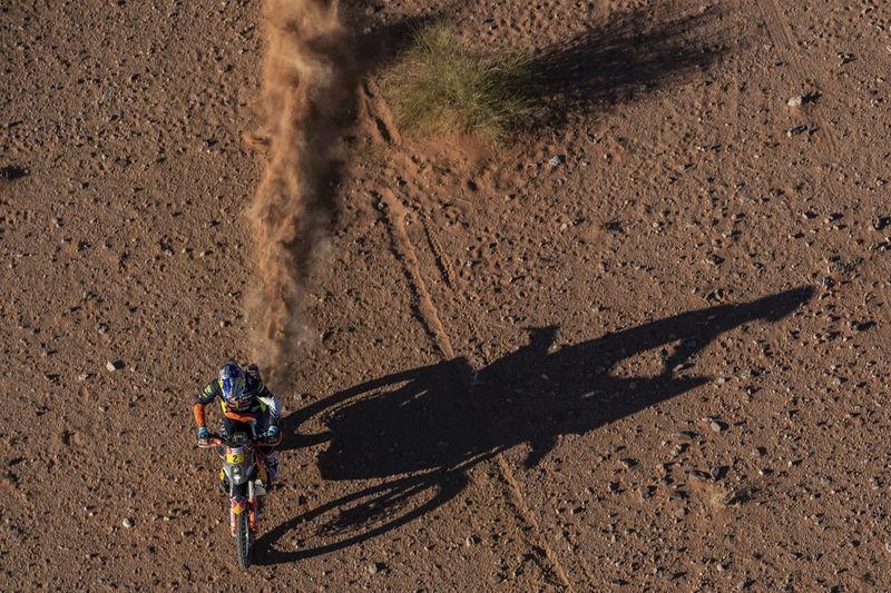Foto de contexto de la tercera etapa del Rally Dakar de motocicletas en Neom, Arabia Saudita. Aparece el austriaco Matthias Walkner