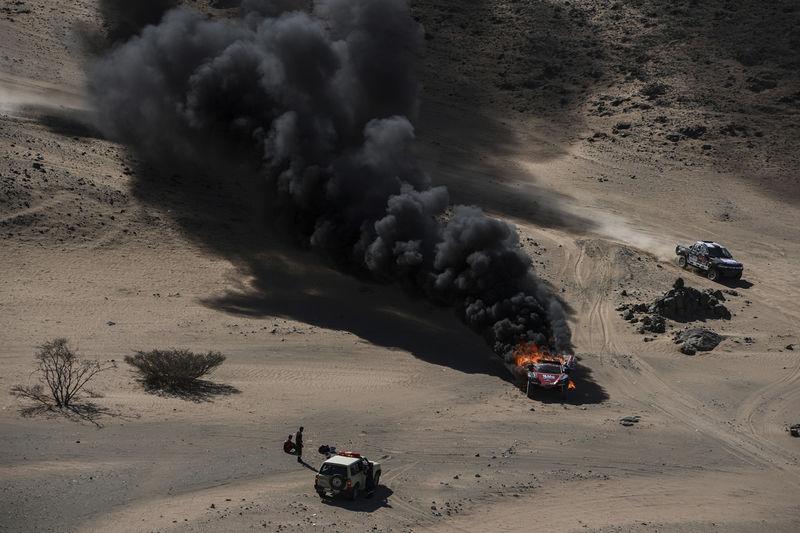 La actual edición del Rally Dakar ha sido muy accidentada. En esta foto, el auto en llamas del conductor Dumas Romain y su copiloto Winocq Alexandre, de Francia, el 5 de enero