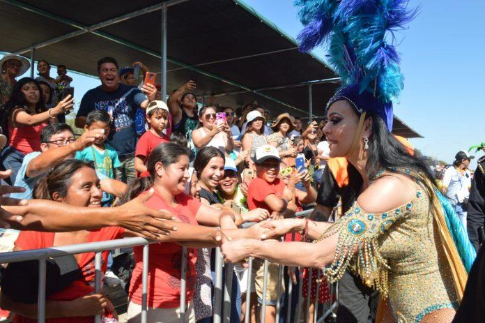 Con la humildad que la caracteriza, Maribel Guardia se acercó a dar autógrafos y a saludar de mano