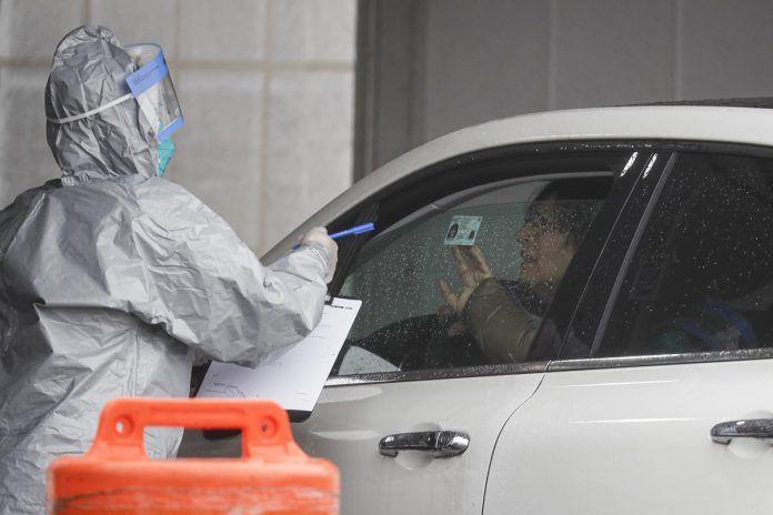 Un paciente arriba a un test de coronavirus en Glen Island Park, NY