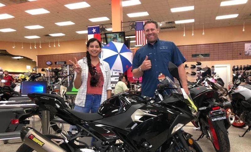 Dave Sears, concesionario de Kawasaki Alamo Cycle Plex, con la enfermera Mercedes Suárez