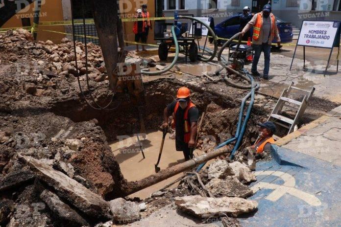 Nueva fuga de agua en centro de Mérida, a metros de la..