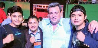 Gilberto Keb Baas con sus dos hijos y Mauricio Sulaimán, quien está al frente del Consejo Mundial de Boxeo
