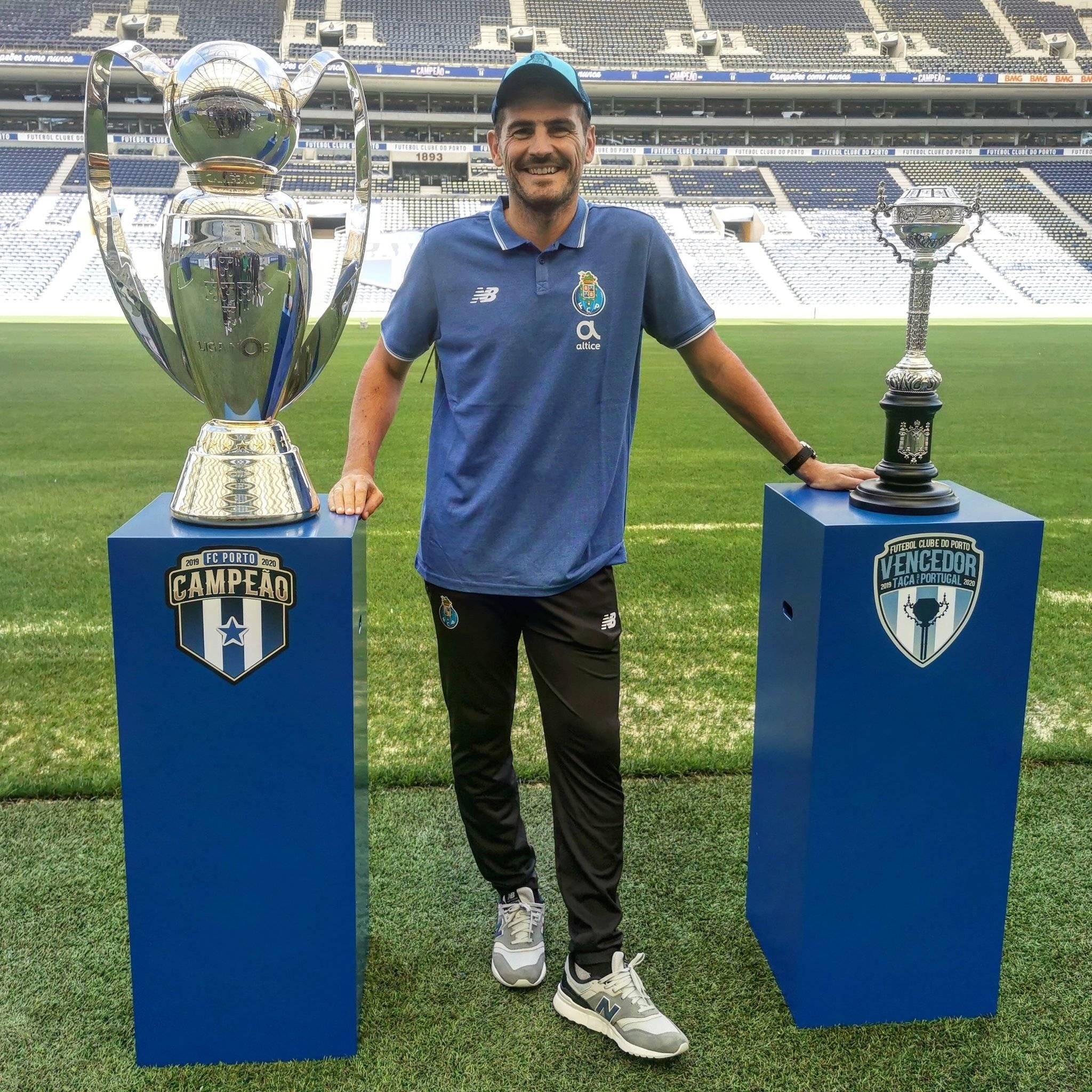 Celebrando la obtención de recientes títulos con el Porto, su último club